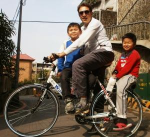 Matteo Tricarico -  in bici con Ti Ti e Yang - Taiwan