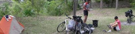 andrea ivan con tenda e bici 1