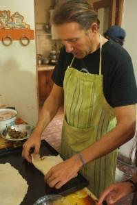 Matteo preparando pizza